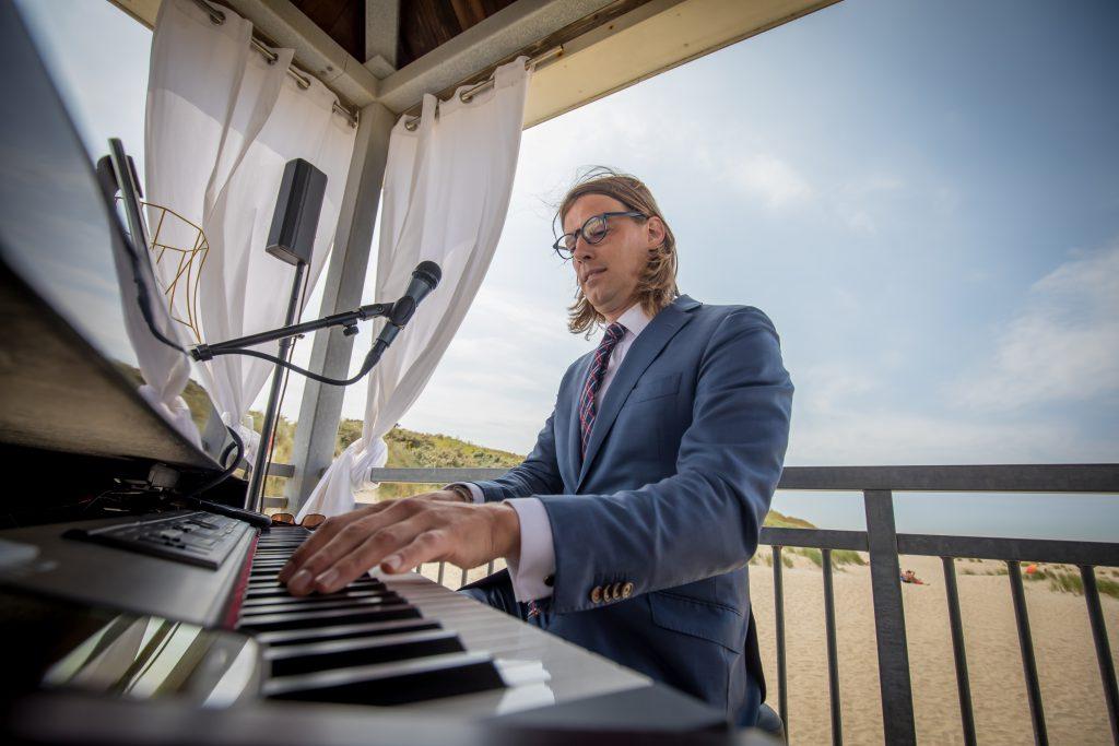 Michiel speelt piano op 7 juli 2018 tijdens de bruiloft van Manfred & Petra